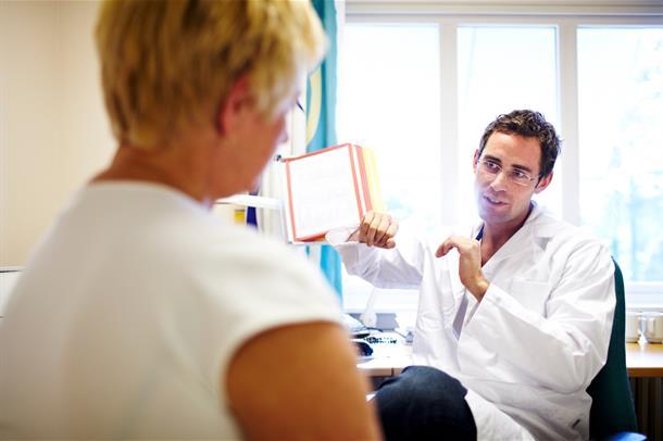 Lege og pasient i samtale