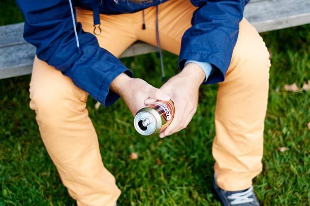 mann med ølboks