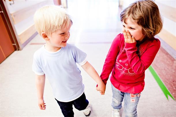 to barn som holder hverandre i henda