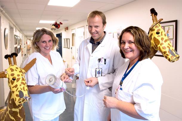 En mannlig lege og to kvinnelige sykepleiere