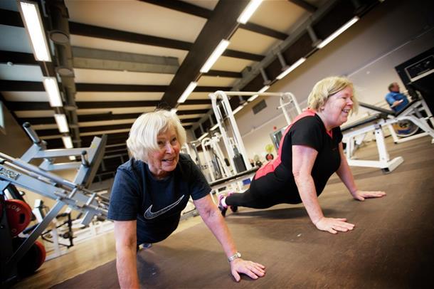 To damer som trener styrke
