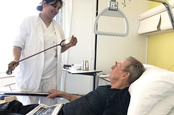 Lege som snakker med pasient.